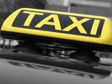 Groep mannen vernielt taxibus en mishandelt chauffeur
