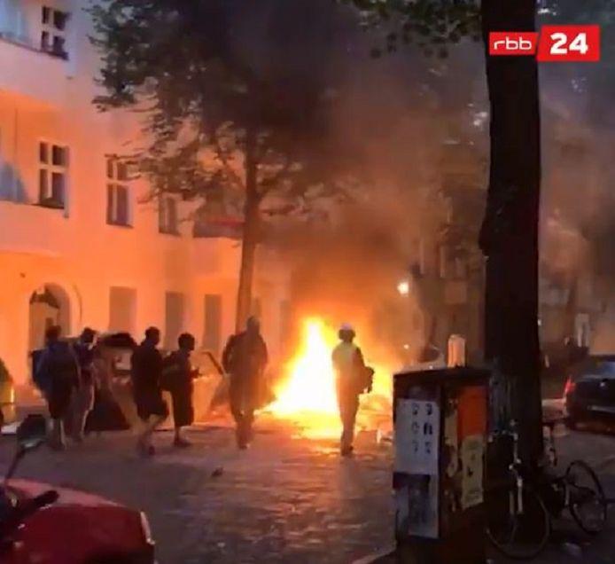 Demonstranten staken barricades in de fik en richtten schade aan straatmeubilair aan.