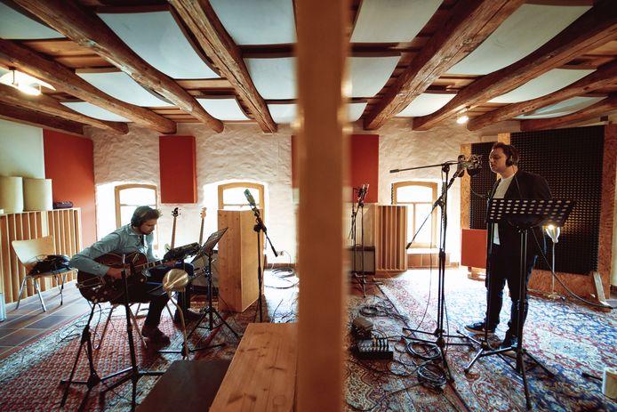 Nathan Heijnst (rechts) en Willem Ouwehand nemen 'That could be me' op in de studio.