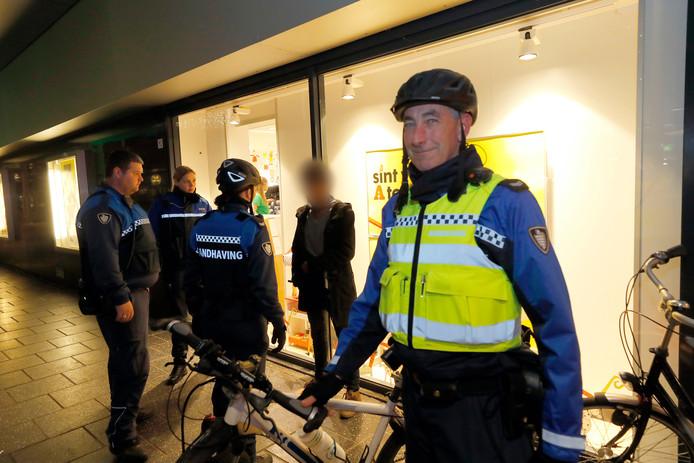Jos van Kuijen (rechts) en zijn collega's van handhaving zijn er vanaf het moment dat het donker wordt tot sluitingstijd.