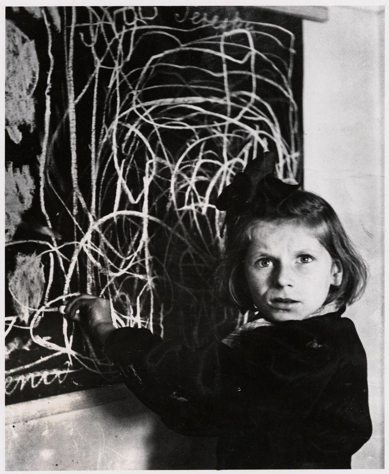 Tereska, een meisje in een tehuis voor getraumatiseerde kinderen, bij haar tekening van 'thuis', Warschau, 1948. Beeld Chim (David Seymour) / Magnum Photos Courtesy Chim Estate
