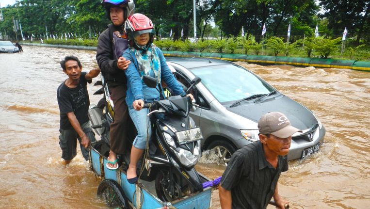 Een overstroomde straat in Jakarta, februari 2015.