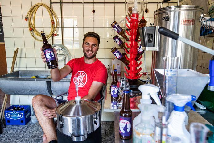 Hobbybrouwer Jelle Veneman heeft zijn eerste speciaal biertje gebrouwen gebaseerd op de Holtense sage van  Old Minneke.