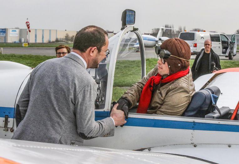 Burgemeester Vincent Van Quickenborne wenst  Oskar veel geluk toe 'bij z'n vlucht'.