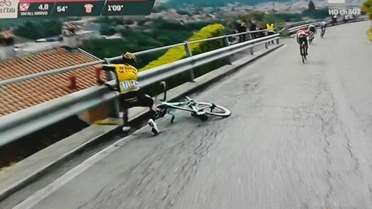 Roglic valt in de Giro.