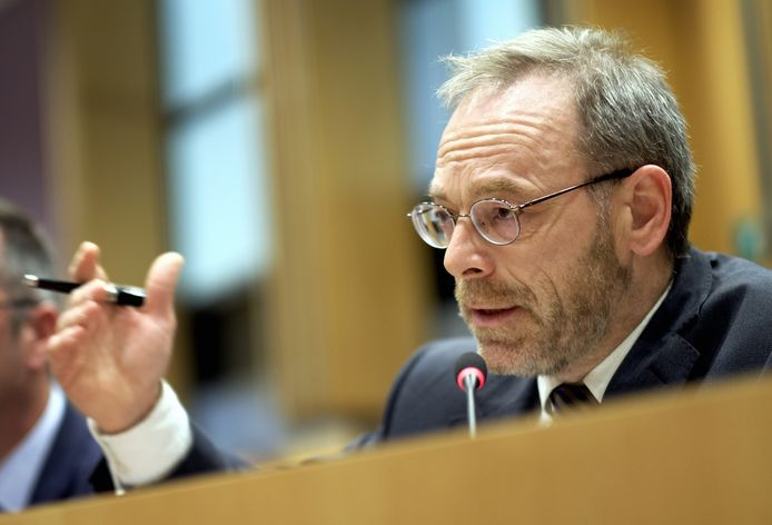 Peter De Roover, fractieleider van de N-VA, steekt zijn hand uit, maar blijft tegen.