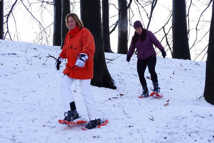 Yola Hopmans en Kirsten Loket uit De Steeg op sneeuwschoenen in het bos in Rheden. foto Martin de Jongh