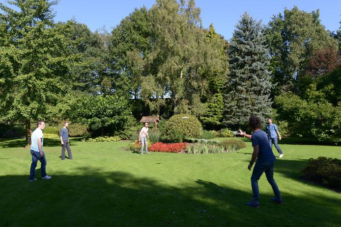 Bezoekers vermaken zich in de Floralia Showtuin met een potje frisbee.