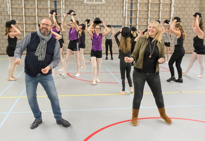 Dansers van Elly Geelhoed Ballet die tijdens Goud voor Oud optreden. Presentatieduo Marcel Willemse en Daniëlle van Tongeren (vooraan) danst even mee.