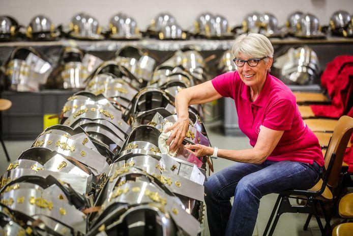 Morisette Harnisfeger tussen de tientallen harnassen en helmen die opgeblonken dienen te worden