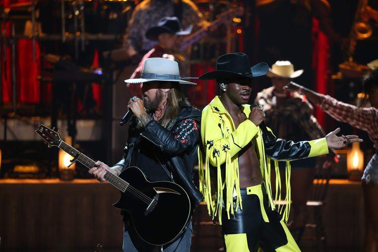 Billy Ray Cyrus (L) en Lil Nas X kwamen hun hit 'Old Town Road' zingen, compleet in cowboy-pakjes.