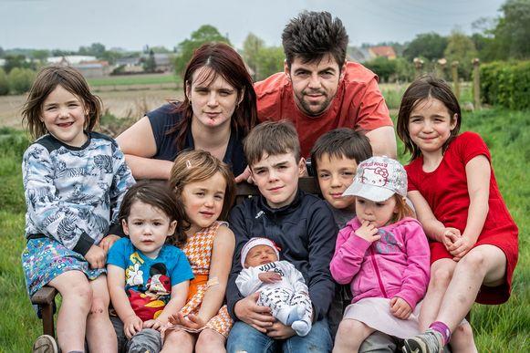 Marino Vaneenoo en Gwenny Blanckaert met hun kroost. We zien Xael, Leax, Xeal, Alex, Axel, Exla, Xela,  en baby Xale
