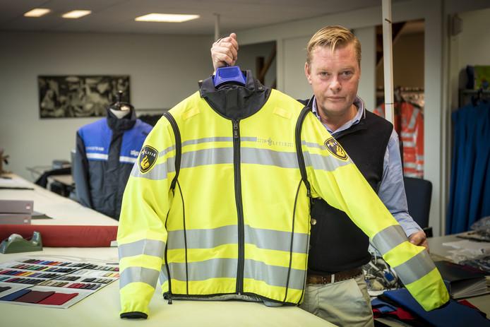 Bjorn Lohuis van Manderley toont het nieuwste model van de vesten, waarmee de agenten beter zichtbaar zijn.