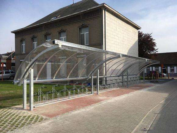 De nieuwe fietsenstalling aan de voormalige pastoriewoning in de Vonckstraat.