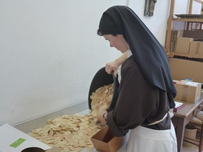 Zuster Rebecca aan het werk in de Megense hostiebakkerij.