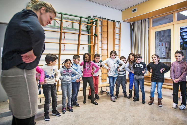 Theaterles op lagere school Het Palet in Den Haag. Beeld Guus Dubbelman/de Volkskrant