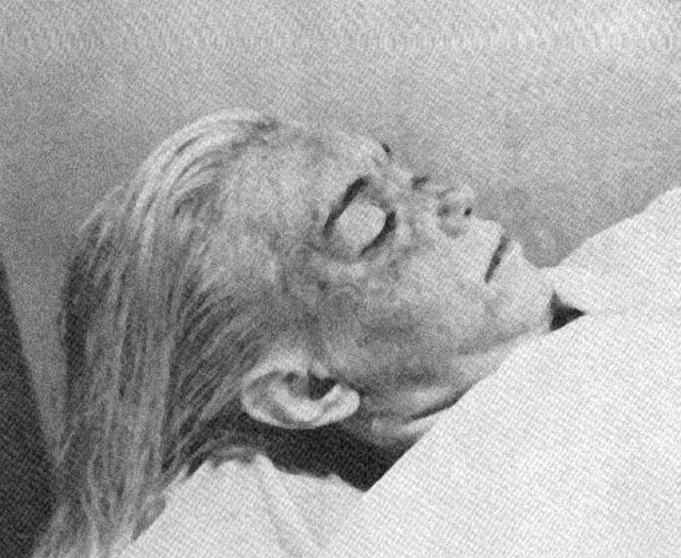 Het lichaam van Marilyn zou nog van het gastenvertrek naar haar slaapkamer zijn verlegd om het op zelfmoord te doen lijken.
