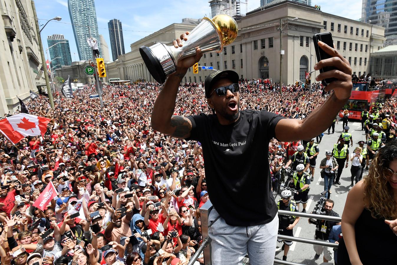 Kawhi Leonard viert feest na de titel met Toronto Raptors.