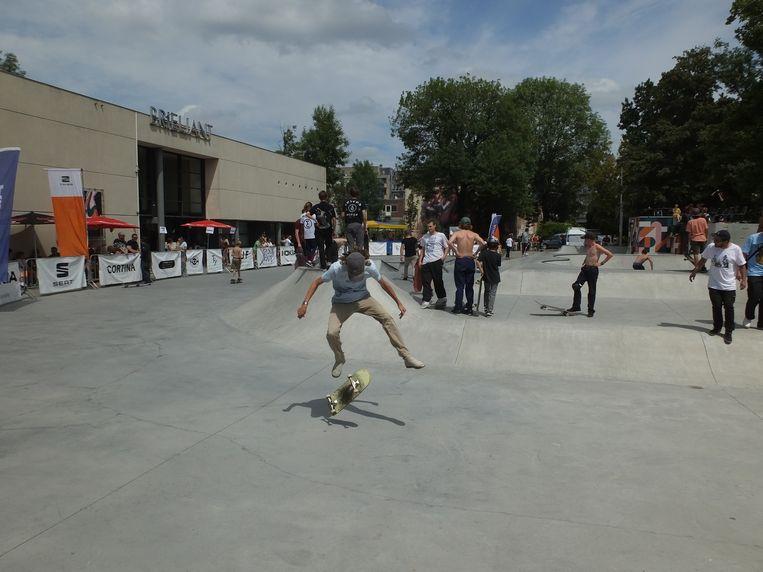 De deelnemers van Deinze Skate Contest in actie.