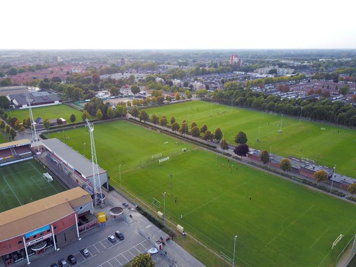 De Braak donderdagavond. Links het huidige stadion van Helmond Sport, rechts traint de jeugd van MULO en Helmondia.
