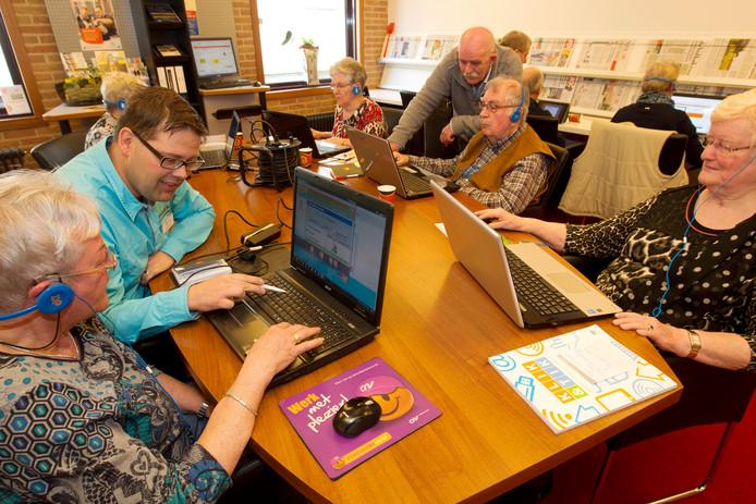 De bibliotheken in de gemeente Brummen hebben een breed aanbod. Zoals hier in de Eerbeekse vestiging, waar mensen computerles krijgen.