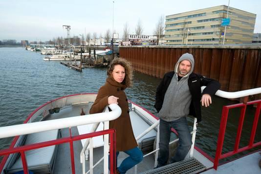 Jeroen en Marloes Spaander vanaf hun Sealiberty uitkijkend over de Nieuwe Haven.
