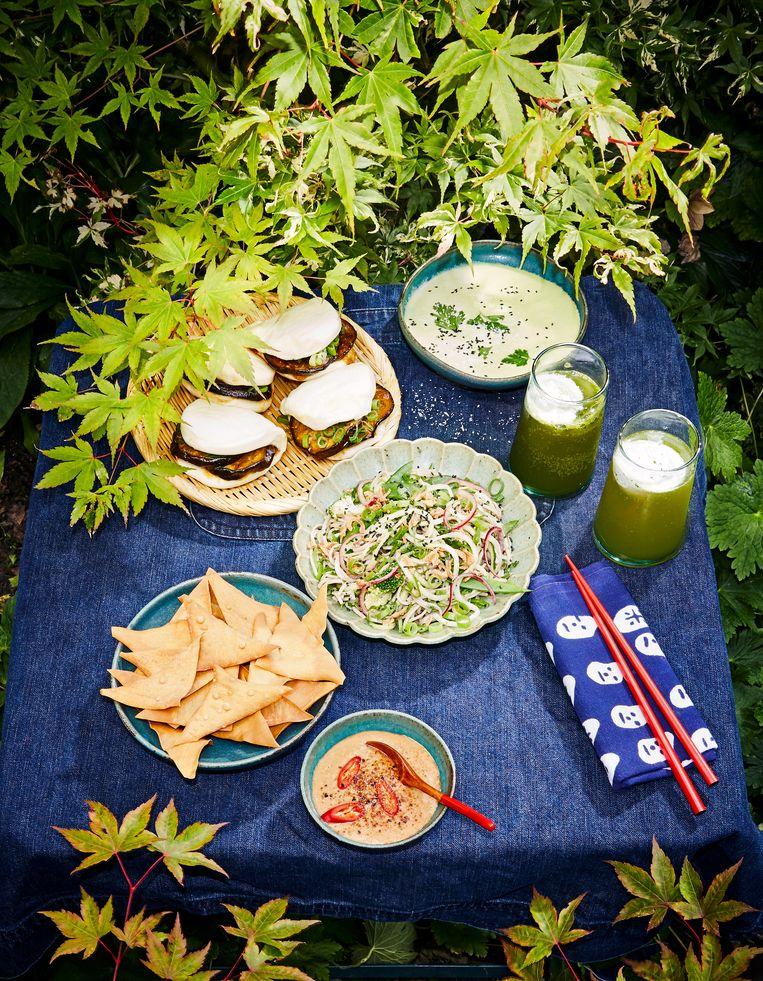 Hete picknick met koele komkommersoep (rechts) Beeld Oof Verschuren