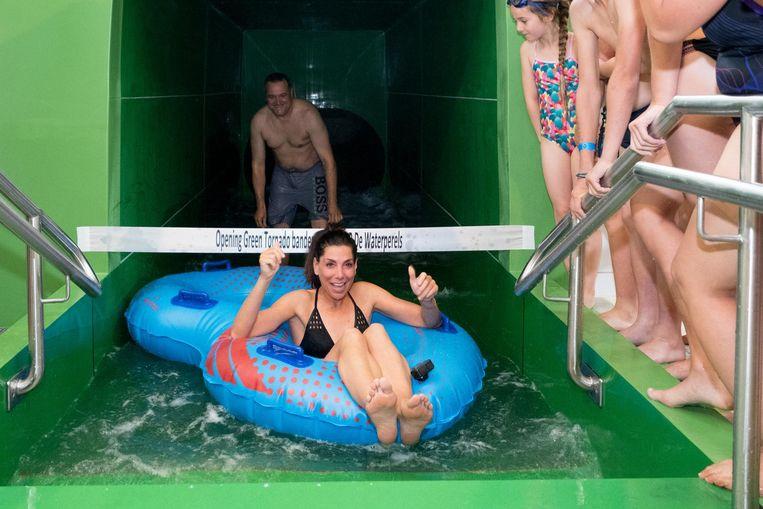Niemand minder dan Saartje Vandendriessche kwam het zwembad openen.