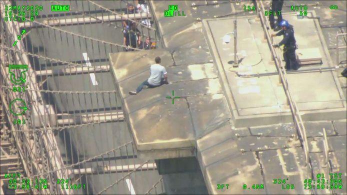 La police de New York négocie avec un homme désespéré sur le Brooklyn Bridge de New York.