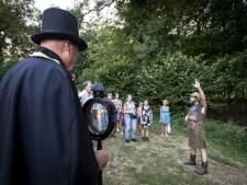 Deelnemers zijn ineens zelf bezienswaardigheden bij Hulsbeekwandeling bij kaarslicht