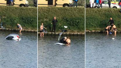 VIDEO. Moedige omstaanders springen in Watersportbaan en redden gecrashte inzittenden uit zinkende auto
