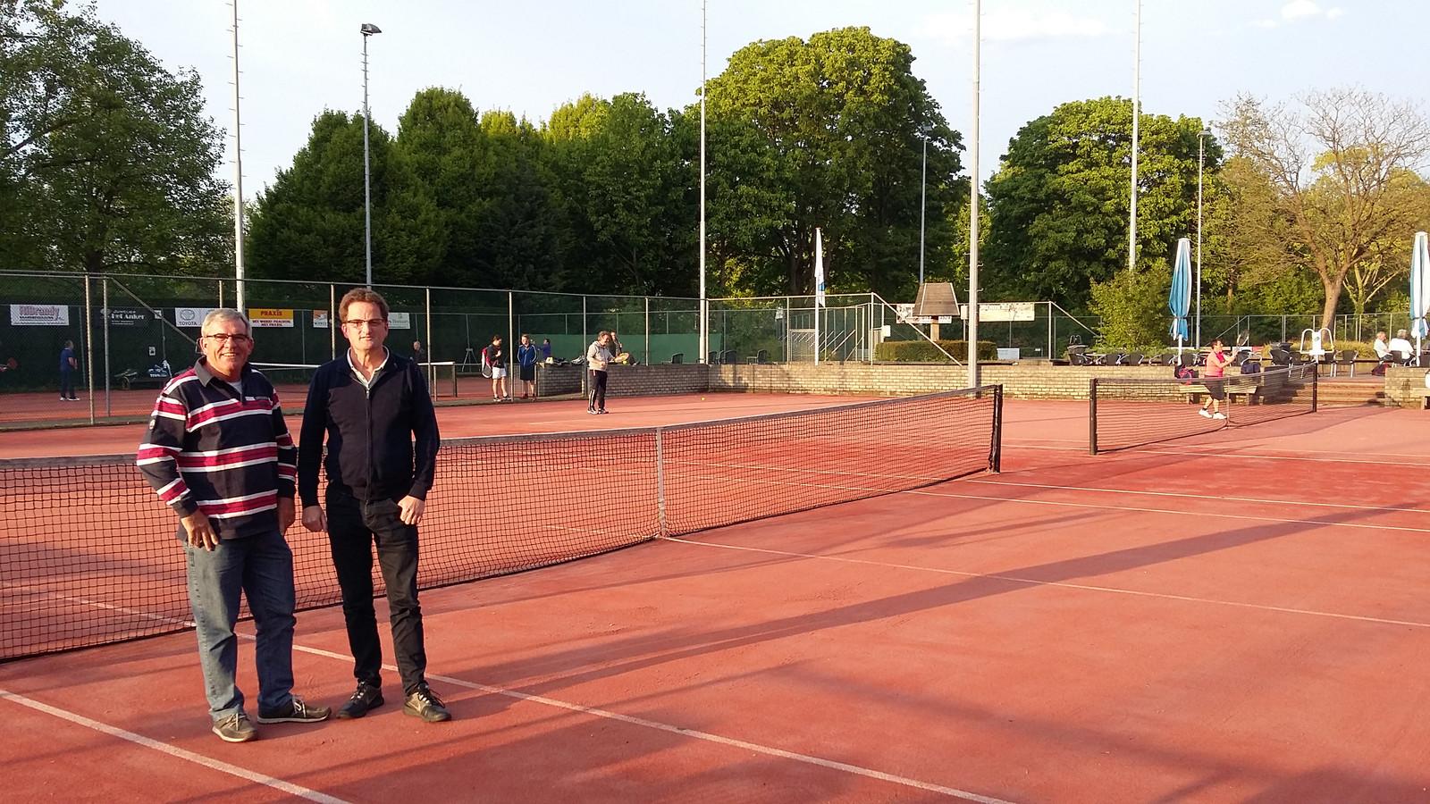 Secretaris Hans Hulsebos en voorzitter William de Bruijn op de tennisbanen van LTV in Raamsdonksveer.