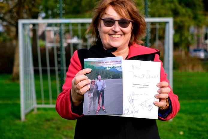 Sandra Meessen heeft een fascinatie voor sporthelden en heeft daarover een boek geschreven.  Haar exemplaar bevat handtekeningen van onder meer Mart Smeets.