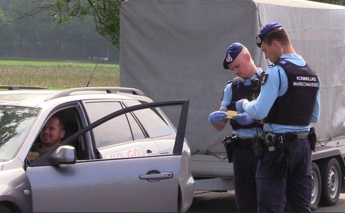 Foto ter illustratie: Marechaussees controleren een automobilist langs de A12.