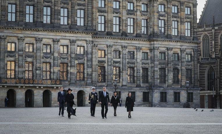 Koning Willem-Alexander, koningin Maxima, premier Rutte, de Amsterdamse burgemeester Halsema en voorzitter Gerdi Verbeet van het Nationaal Comité 4 en 5 mei leggen een krans tijdens de Nationale Dodenherdenking op de Dam. Beeld ANP