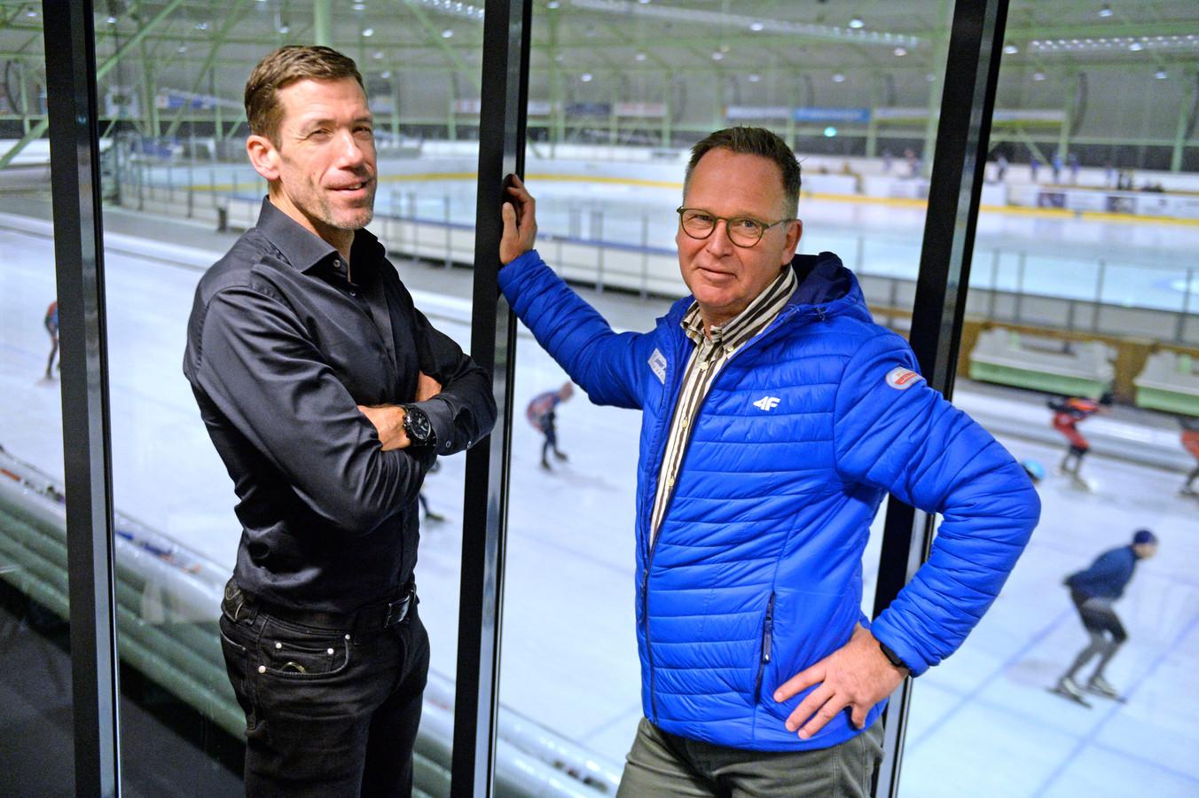 Manager Gianni Romme (links) van IJsbaan Twente en wedstrijdleider Hanjo Heideman kijken uit naar de eerste wereldbekerwedstrijd voor junioren in Enschede.