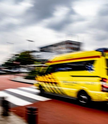Man rijdt scootmobiel de gracht in tijdens parkeren