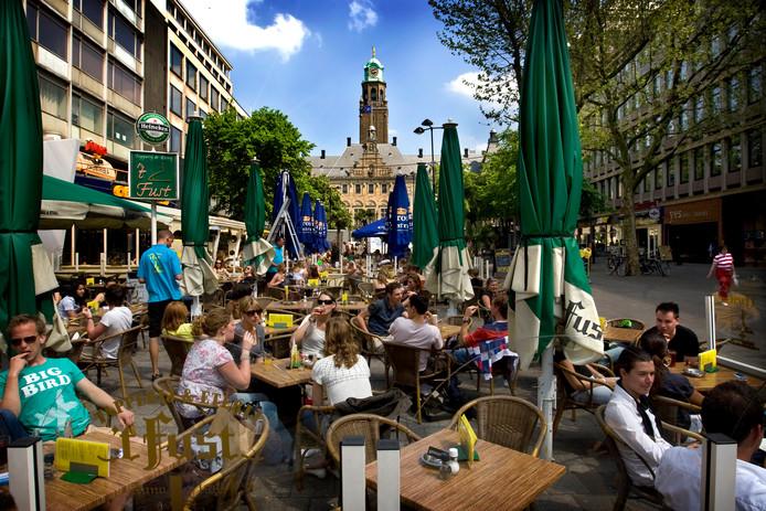 Er loopt een rechtszaak om woningbouw boven de feestcafés tegen te houden en een andere rechtszaak tegen de al in gebruik genomen studentenkamers aan het plein.
