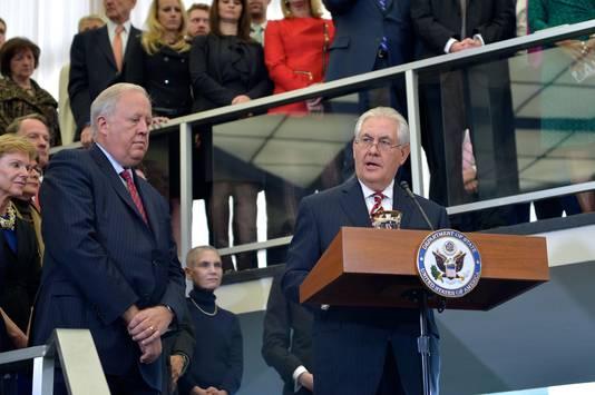 De Amerikaanse minister van Buitenlandse Zaken wordt op zijn eerste werkdag begroet door zijn nieuwe collega's.