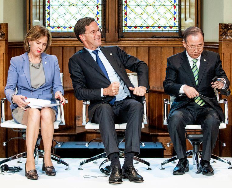 Minister-president Rutte, commissievoorzitter Ban Ki-Moon en minister Van Nieuwenhuizen in de Ridderzaal bij de presentatie van de GCA. Beeld null