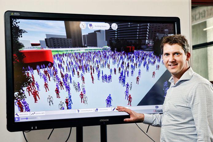 Roland Geraerts voor het beeldscherm met de Simcrowds software, een analysesoftware die mensenstromen analyseert.