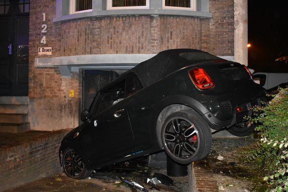 De Mini komt pas tot stilstand als hij crasht in een ondergrondse garage.