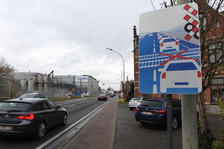 Nieuw verkeersbord aan de spooroverweg in Rotselaar