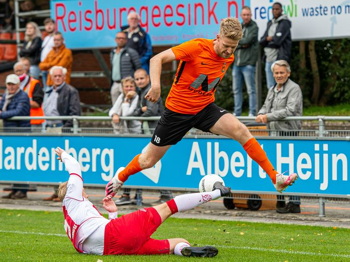Rick Hemmink ziet de bal verloren gaan in duel met Philippe van Arnhem. De middenvelder was een van de drie HHC'ers die de bal op het houtwerk mikte.