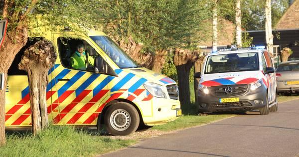 Automobilist met spoed naar ziekenhuis na botsing tegen boom op afrit A1 bij Enter.
