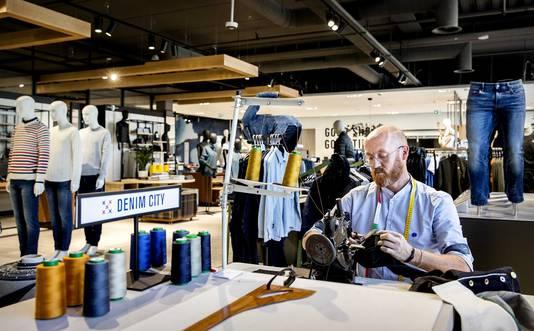 Denim City in het warenhuis Hudson's Bay. De Canadese warenhuisketen opent haar eerste Nederlandse vestiging in Amsterdam.