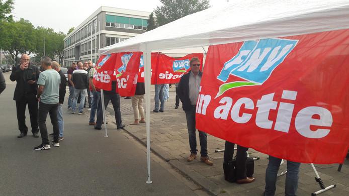 De FNV is aanwezig bij de busremise in Utrecht tijdens de landelijke stakingsdag.