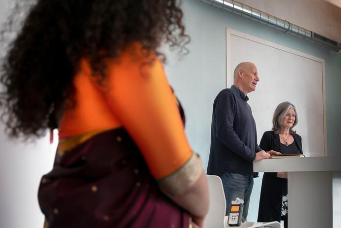 Eindhoven, de opening van het Art of Living centrum. Hier worden o.a. yoga, adem- en meditatiecursussen gegeven. Met Lenny Kuhr geïnterviewd door Jan Roelfs .