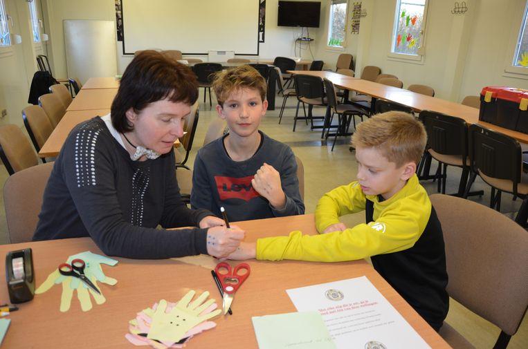 In het 'ministerie tegen pesten' kregen de jeugdspelertjes vier stippen op hun hand.