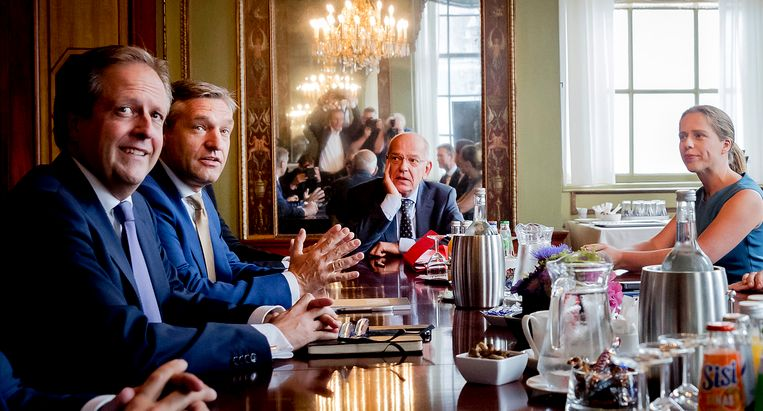 Informateur Gerrit Zalm (midden) ontvangt onder anderen de onderhandelaars Alexander Pechtold (links, D66) en Sybrand van Haersma Buma (tweede van links, CDA). Beeld ANP